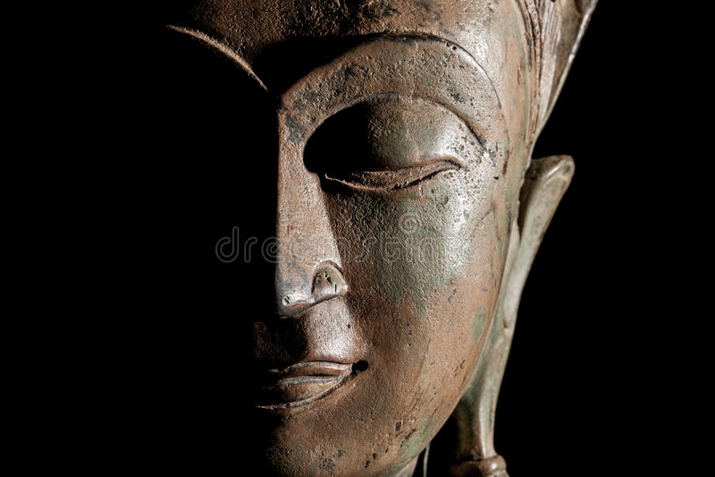 Tête de Bouddha Bouddhisme moderne au foyer Visage en bronze de statue dans les clo photographie stock