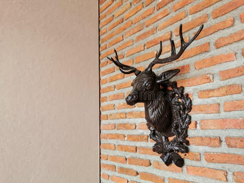 Tête de cerfs communs sur le mur de briques D?coration de No?l photos libres de droits