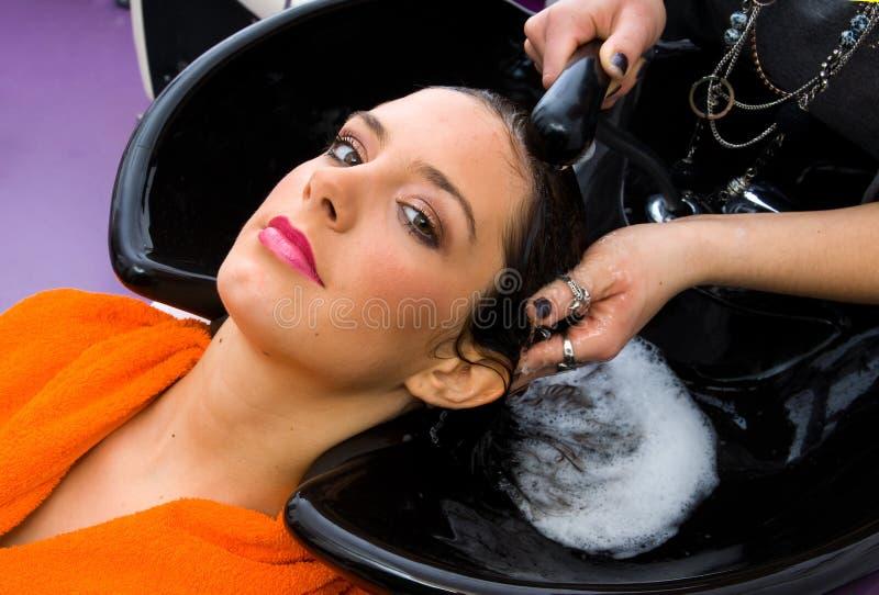 Tête de lavage de femme de styliste de cheveu images libres de droits