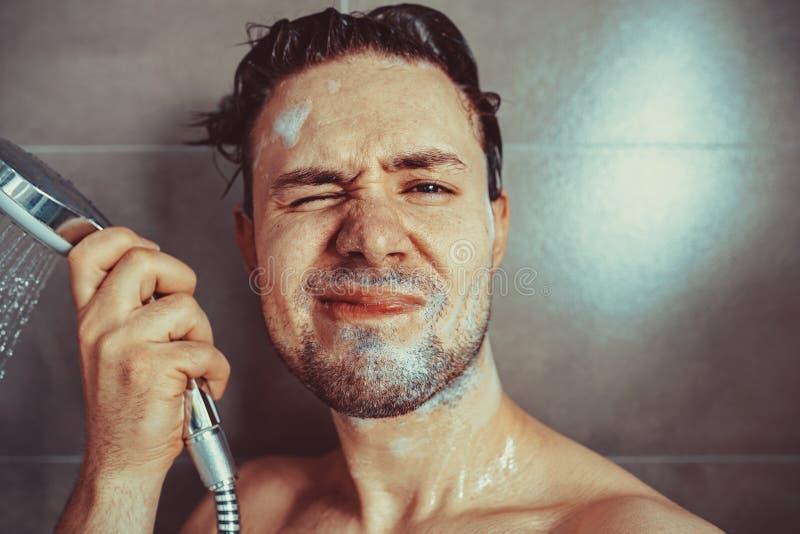 Tête de lavage de jeune homme images libres de droits