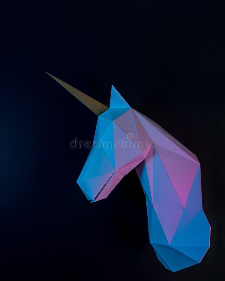 Tête de licorne de livre blanc dans des couleurs olographes de gradient audacieux vibrant Concept minimal d'imagination d'art photo libre de droits