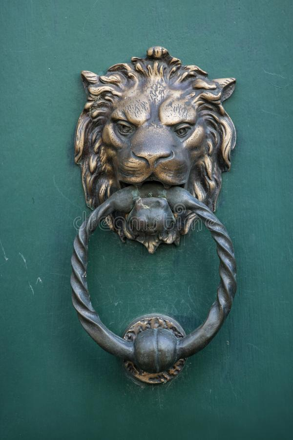Tête de lion, heurtoir de porte photographie stock