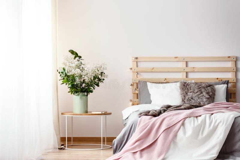 Tête de lit en bois avec des lumières par le double lit avec l'oreiller de fourrure, GR images stock