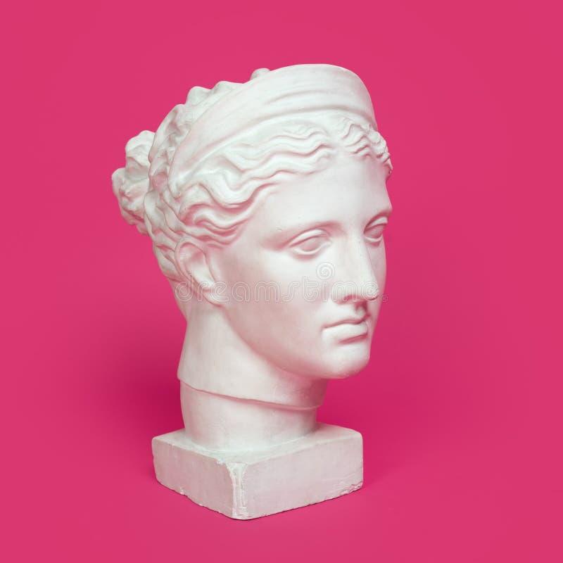 Tête de marbre de jeune femme, buste de déesse du grec ancien d'isolement sur le fond rose photos stock