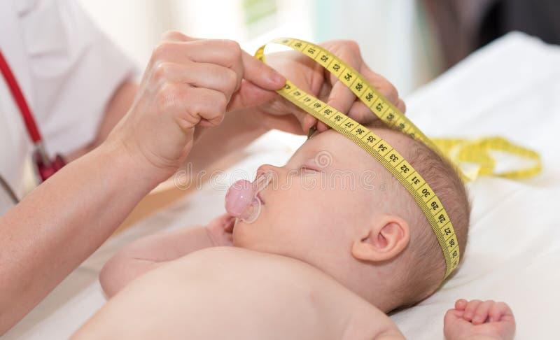 Tête de mesure de pédiatre de bébé photographie stock libre de droits