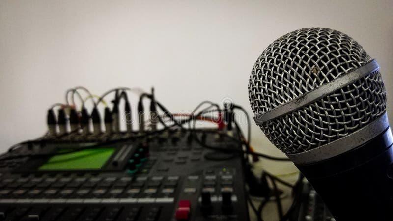 Tête de microphone et fin record de panneau de mixeur son  photographie stock libre de droits