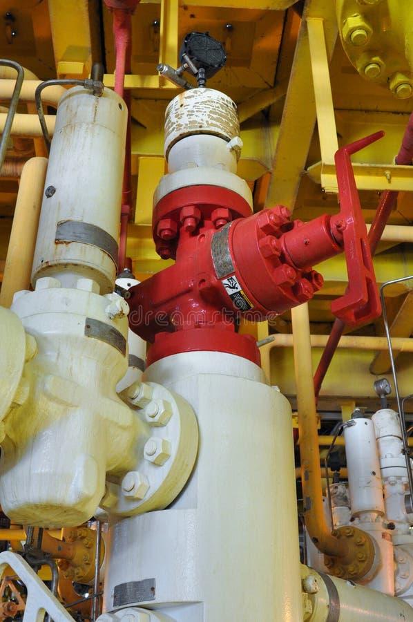 Tête de puits de production, tête de puits dans la plate-forme de pétrole marin et de gaz, arbres de X'MAS en pétrole marin et pr images libres de droits