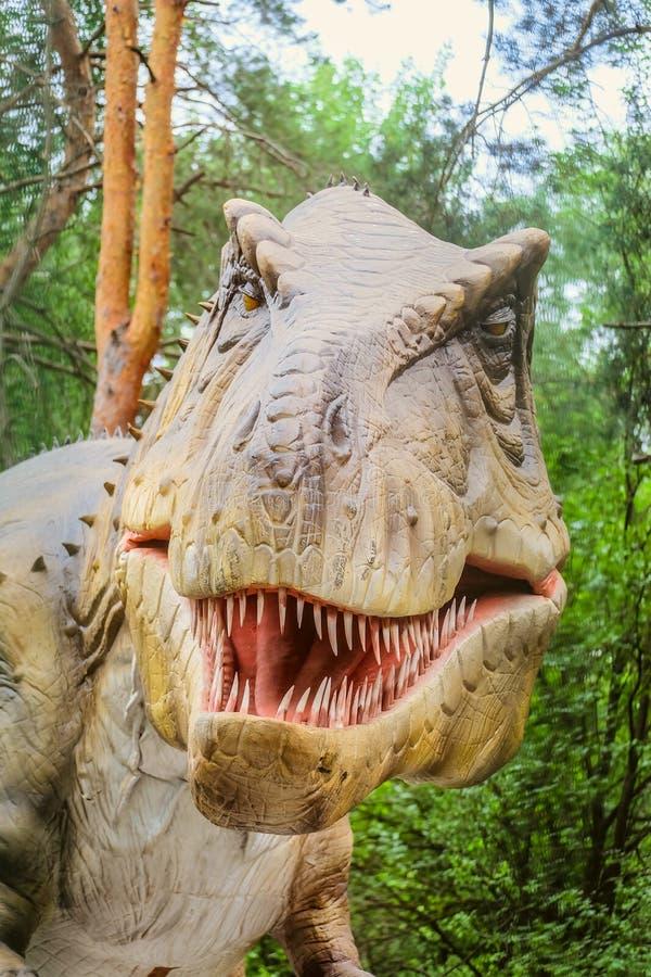 Tête de tyrannosaure - objet exposé robotique de dinosaure Portrait d'un dinosaure prédateur pointu-denté Dinopark de Belgorod photographie stock