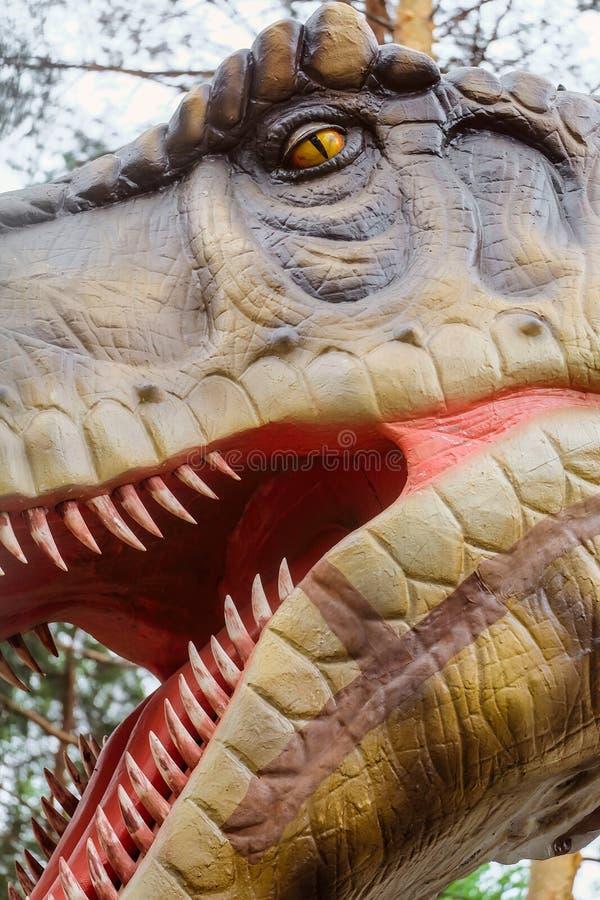 Tête de tyrannosaure - objet exposé robotique de dinosaure Profilez le visage d'un plan rapproché prédateur pointu-denté de dinos photographie stock