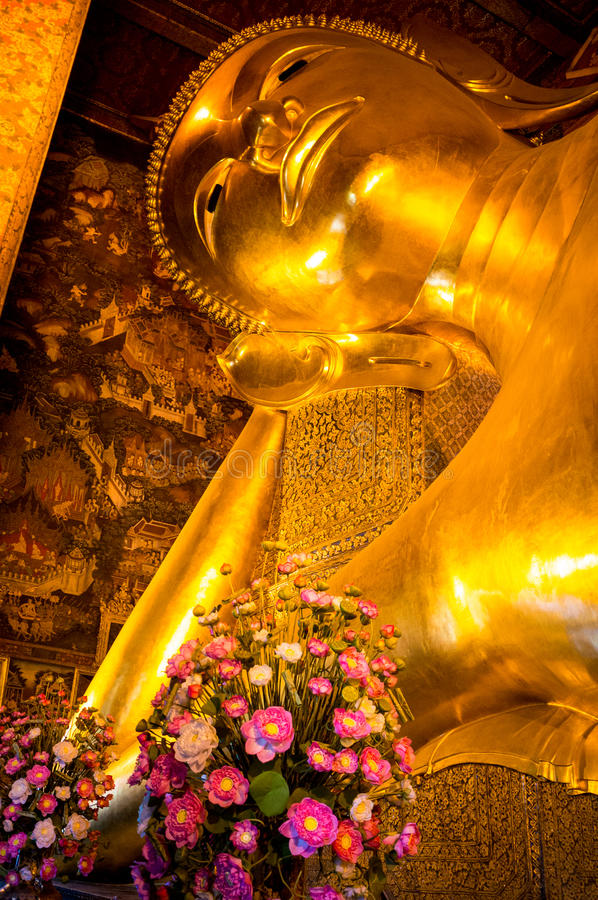 Tête du Bouddha étendu photographie stock
