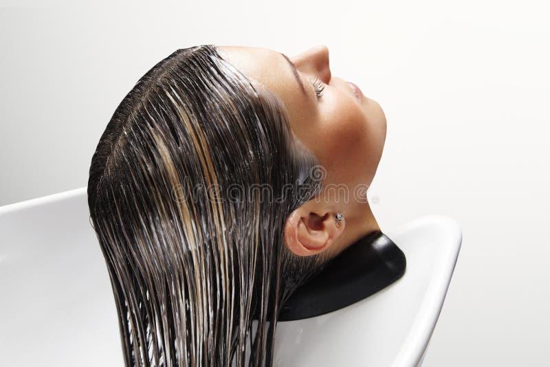 Tête du ` s de femme avec le masque sur ses cheveux photo libre de droits