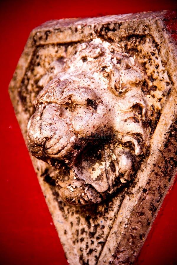 Tête en pierre de lion images stock
