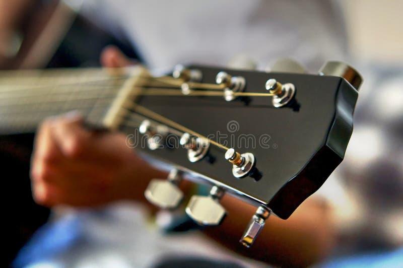 Tête et ficelles de fretboard de guitare acoustique images stock