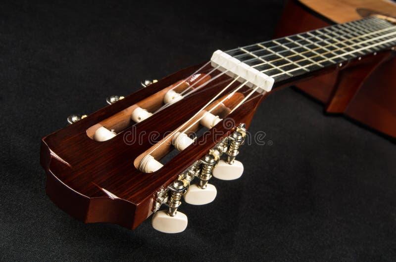 Tête et fretboard de guitare, se trouvant sur le tissu images stock
