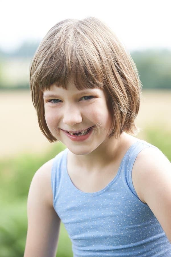 Tête et portrait extérieurs d'épaules de fille de sourire photo libre de droits