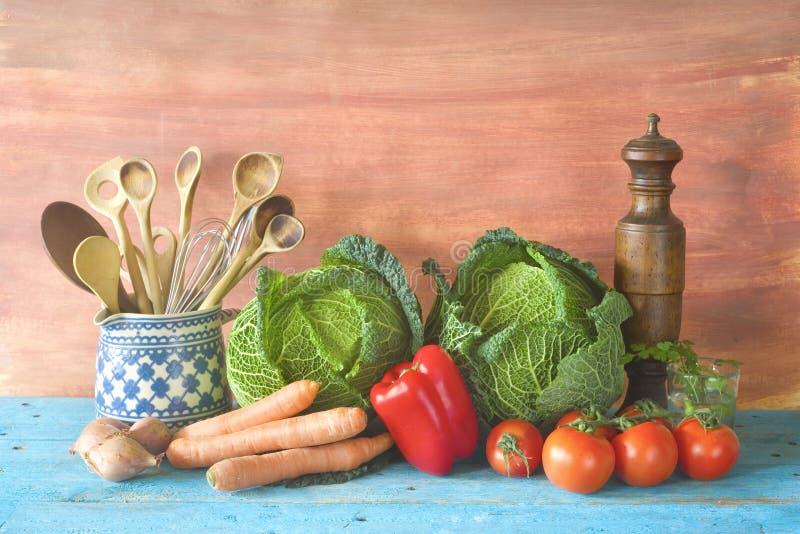 Têtes de chou, légumes et ustensiles de cuisine images libres de droits