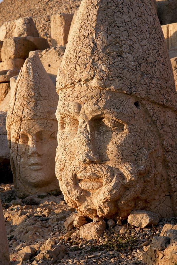 Têtes des statues colossales sur le support Nemrut photographie stock