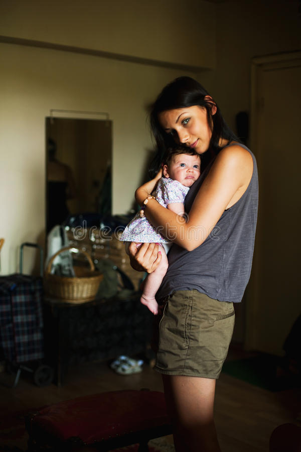 Tía joven que detiene a la sobrina del bebé imagen de archivo