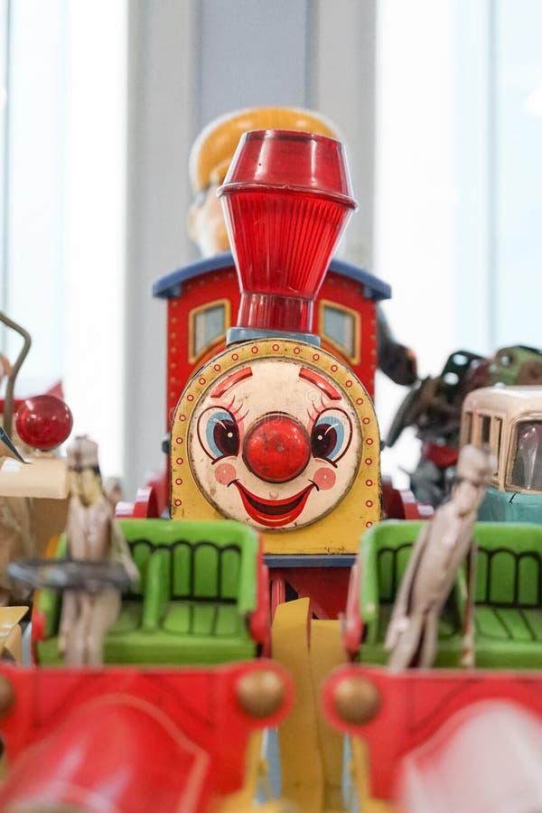 Tía Juguete de tren de época con cara sonriente feliz Juguete para niños pequeños, nostálgico imágenes de archivo libres de regalías
