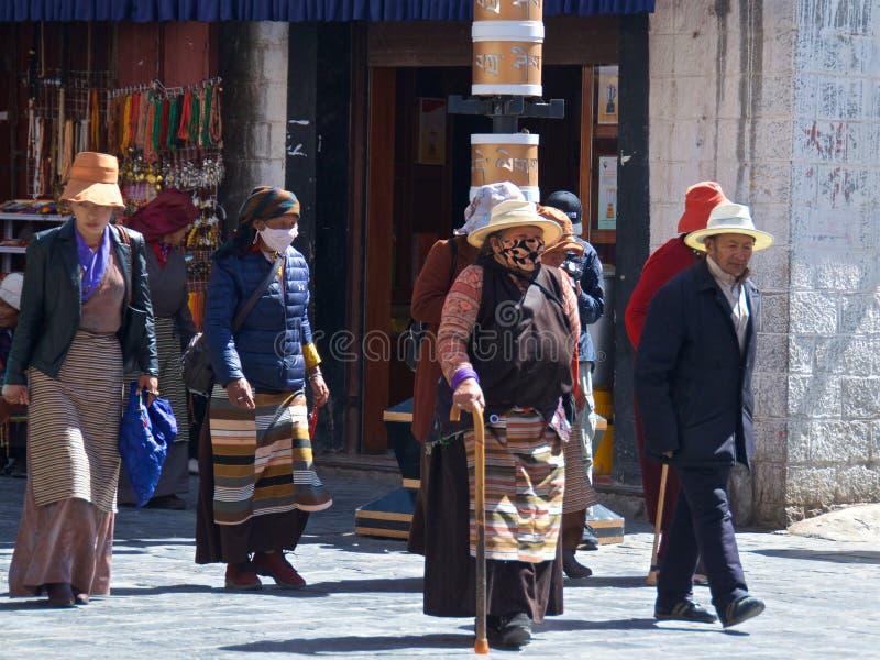 Tíbet, China - mayo de 2019: La gente tibetana hizo su peregrinaje al lugar santo en Lasa, Tíbet imágenes de archivo libres de regalías