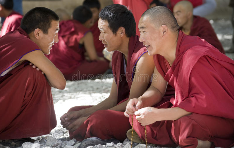 Tíbet - discutiendo a monjes - monasterio de los sueros fotografía de archivo