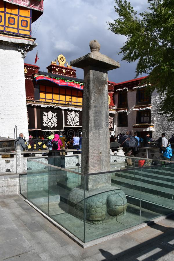 Tíbet, Lasa, China, junio, 02, 2018 Gente que camina cerca de símbolo fálico delante del templo budista antiguo del jokhang en Lh imagenes de archivo