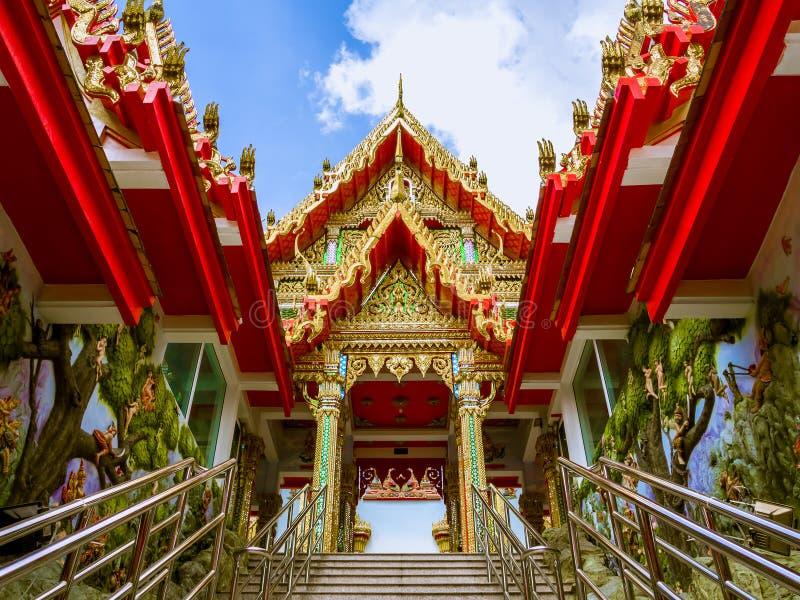 Tímpano do pavilhão em direção ao templo tailandês em Tailândia imagens de stock