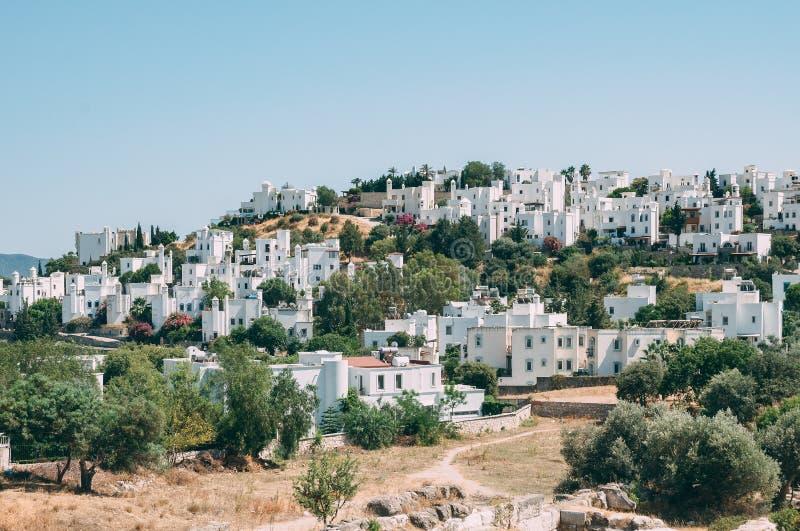 Típicas casas blancas y cúbicas de Bodrum en Turquía con vistas al mar, durante el atardecer, verano foto de archivo libre de regalías