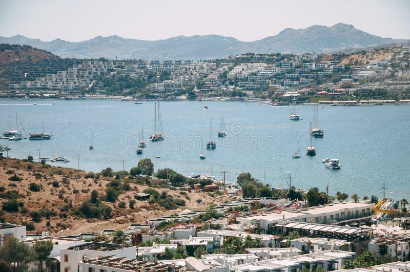 Típicas casas blancas y cúbicas de Bodrum en Turquía con vistas al mar, durante el atardecer, verano imagen de archivo libre de regalías