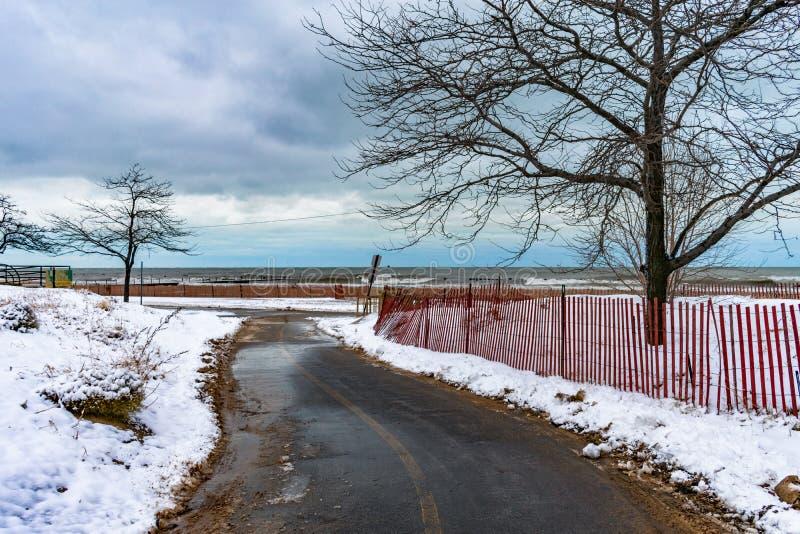 Título da fuga das proximidades do lago de Chicago para o Lago Michigan no inverno fotos de stock royalty free