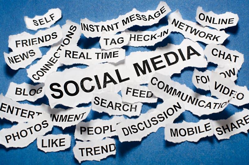 Título de jornal rasgados dos meios conceito social imagem de stock