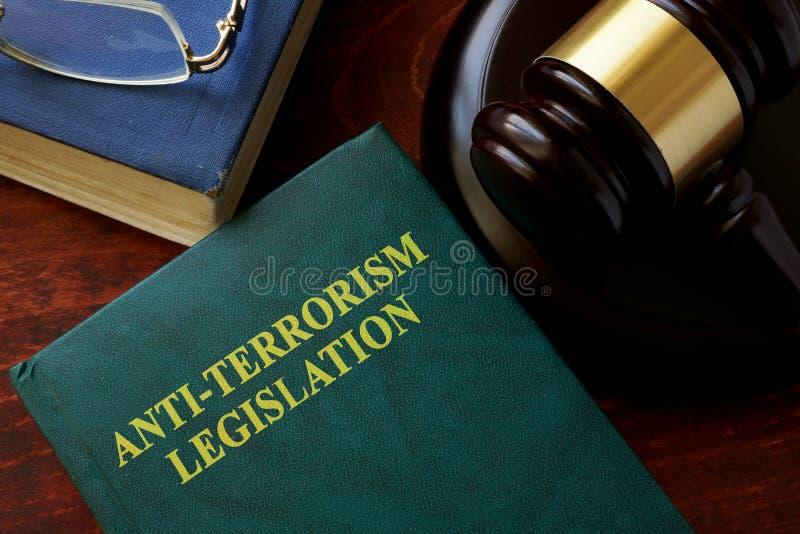 título de la legislación del Anti-terrorismo en un libro imagenes de archivo