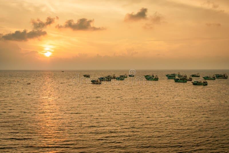 Título del barco de pesca de la salida del sol fotografía de archivo