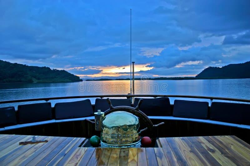Título do navio para o por do sol no paraíso. foto de stock