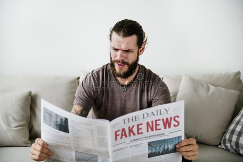 Título falsificado da notícia em um jornal fotografia de stock