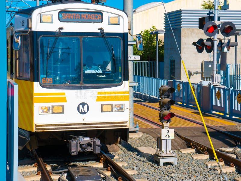 Título ligero del tren del carril del metro del oeste en la vigésima sexta estación de St/Bergamot en Santa Monica imágenes de archivo libres de regalías