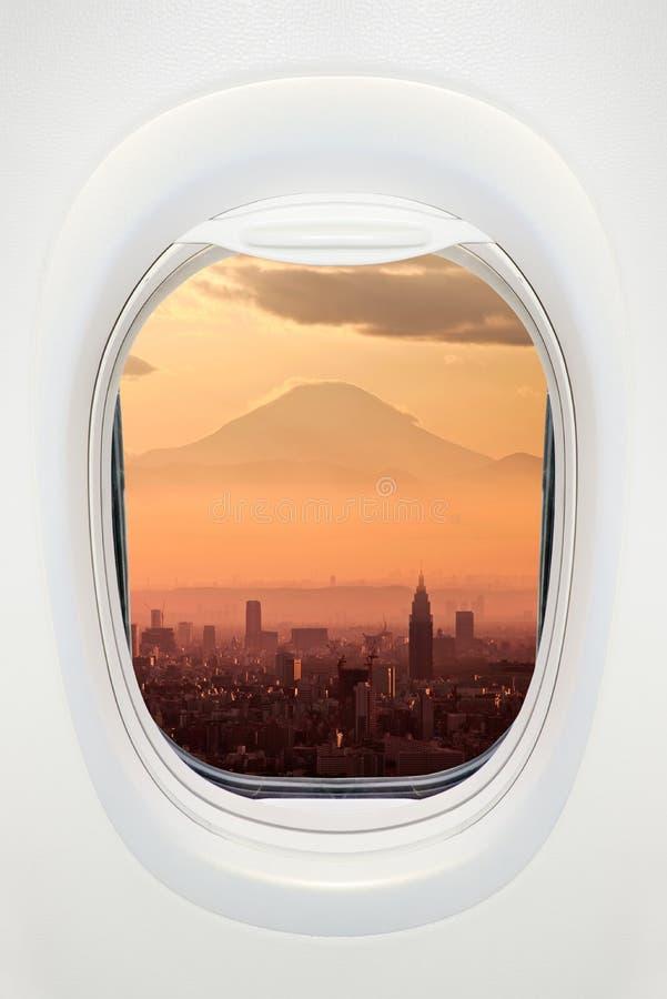 Tóquio e Monte Fuji na noite vista completamente a janela do avião, curso no conceito de Japão imagens de stock