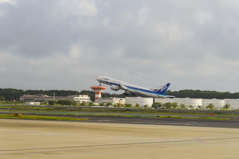 TÓQUIO - EM JULHO DE 2018: All Nippon Airways ANA que descola do aeroporto internacional de Narita imagem de stock royalty free