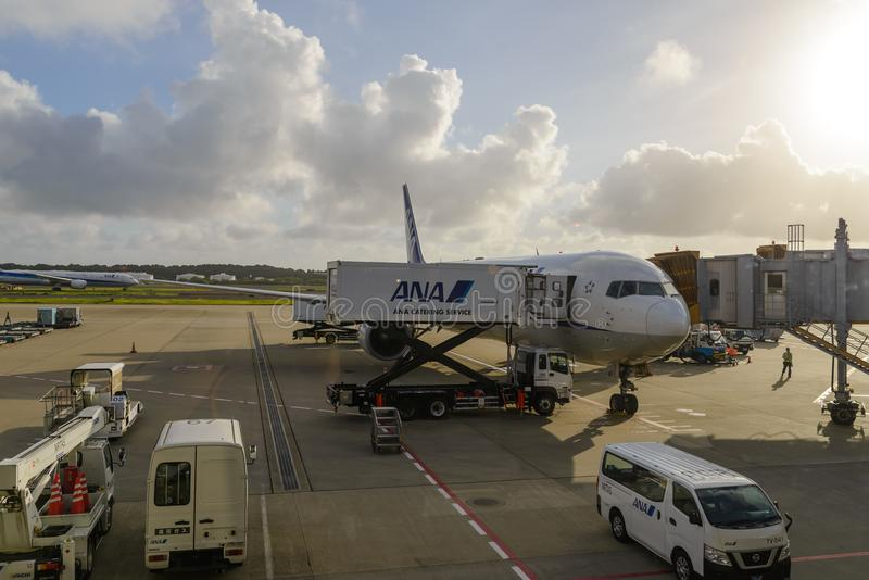 TÓQUIO - EM JULHO DE 2018: Aviões de All Nippon Airways ANA e veículo dos serviços no aeroporto internacional de Narita foto de stock