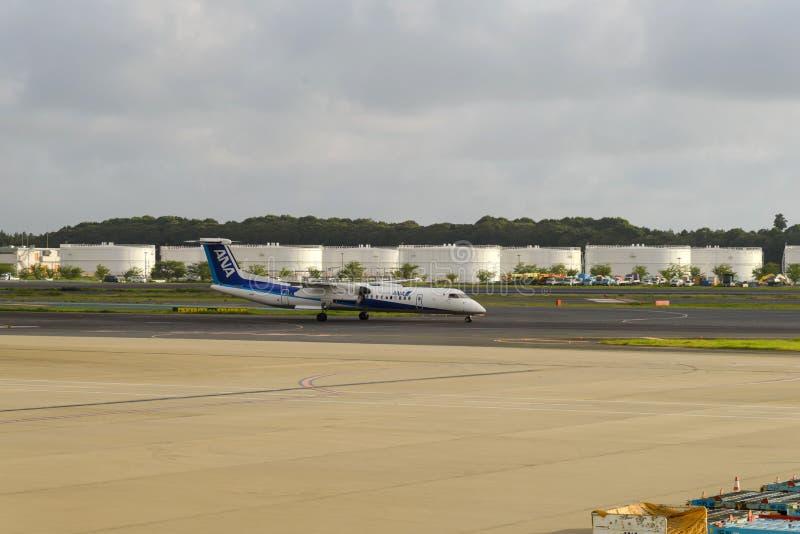 TÓQUIO - EM JULHO DE 2018: Aviões de All Nippon Airways ANA e veículo dos serviços no aeroporto internacional de Narita imagem de stock royalty free