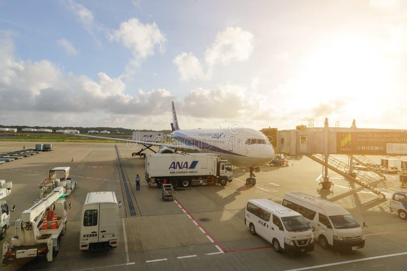 TÓQUIO - EM JULHO DE 2018: Aviões de All Nippon Airways ANA e veículo dos serviços no aeroporto internacional de Narita imagens de stock royalty free