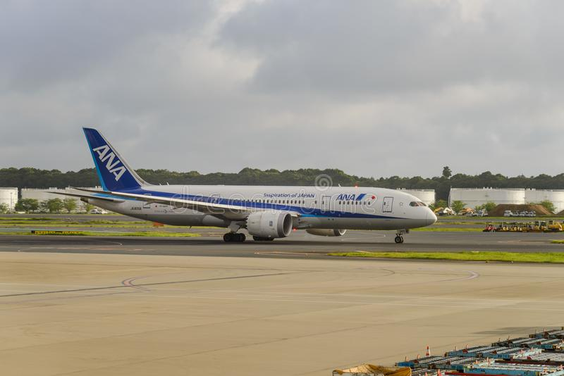 TÓQUIO - EM JULHO DE 2018: Aviões de All Nippon Airways ANA e veículo dos serviços no aeroporto internacional de Narita imagem de stock