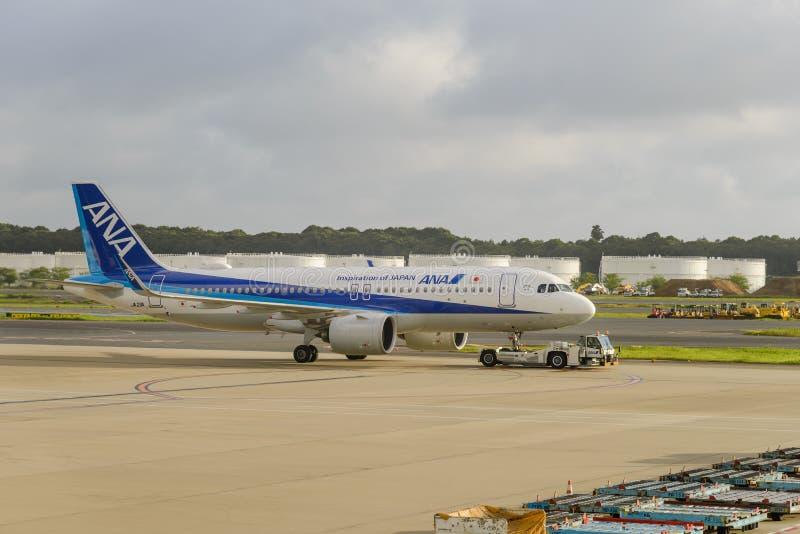 TÓQUIO - EM JULHO DE 2018: Aviões de All Nippon Airways ANA no aeroporto internacional de Narita, Japão fotografia de stock royalty free