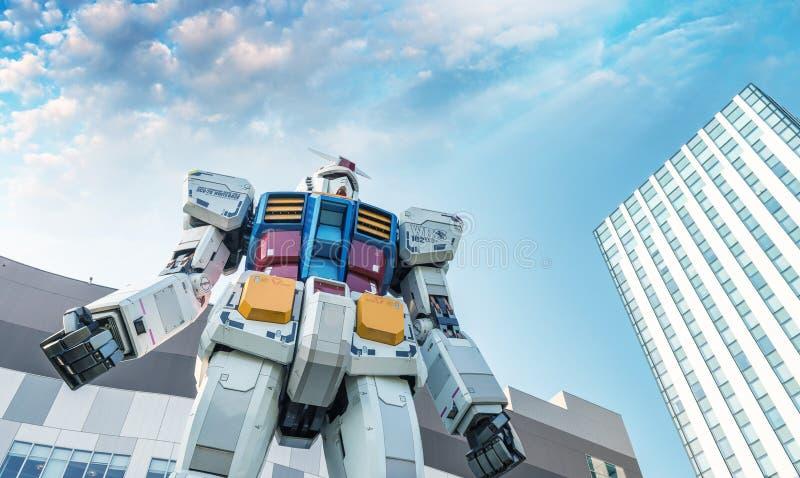 TÓQUIO - EM MAIO DE 2016: Robô de Gundum como visto do nível da rua Seu m imagens de stock