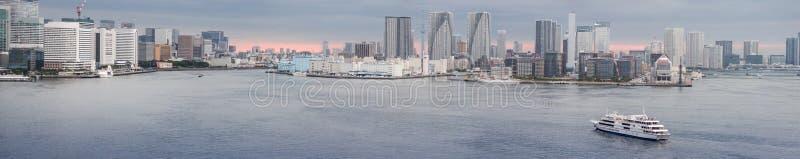 Tóquio Harbor em Twilight com Yacht foto de stock