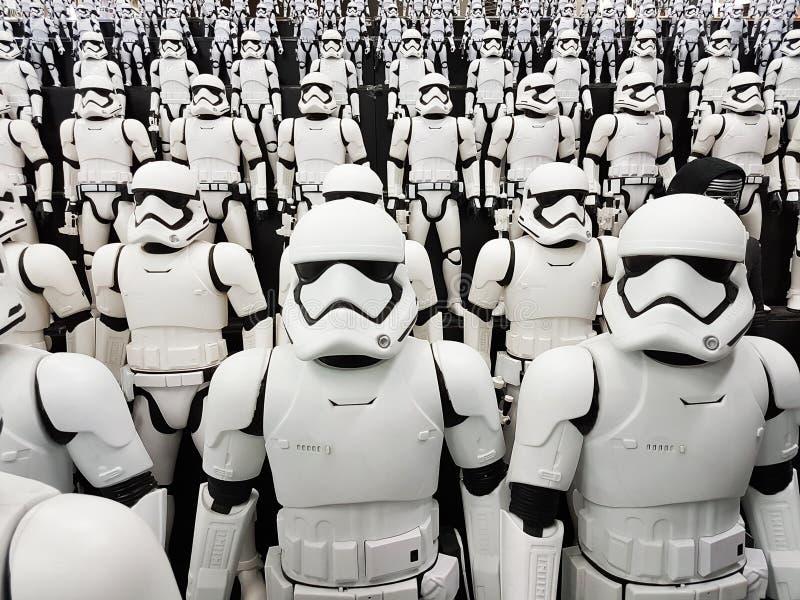 TÓQUIO, JAPÃO, Akihabara, 10 - em julho de 2017: A exposição modela figuras stormtroopers dos Star Wars foto de stock