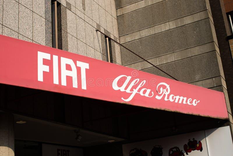 Tóquio, Japão: Centro de Fiat Alfa Romeo - automóveis nanovolt FCA de Fiat Chrysler com café imagens de stock