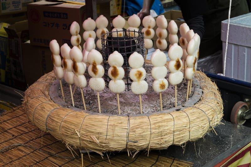 Tóquio, Japão - Dango, um petisco japonês, bolo de arroz três pegajoso imagens de stock
