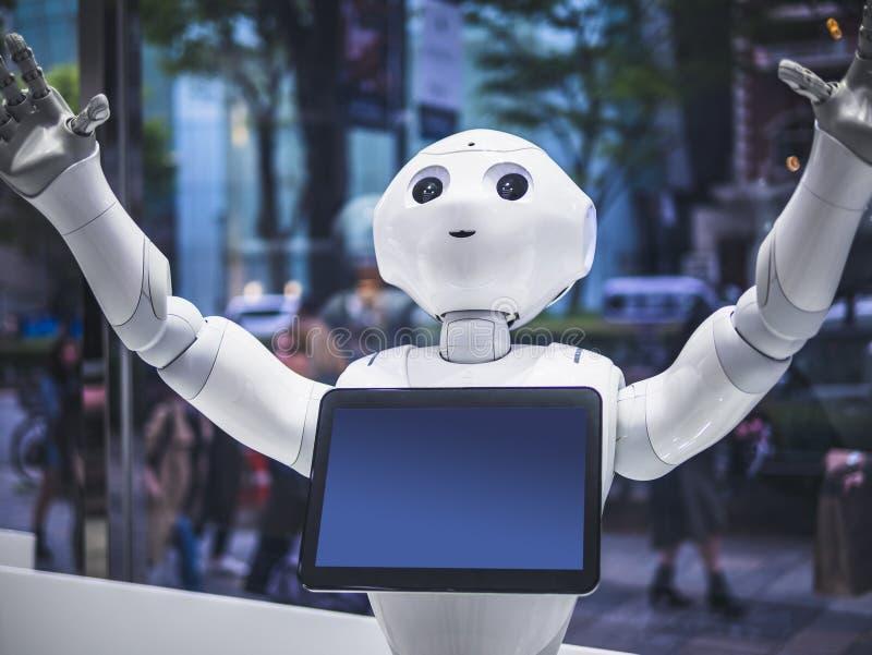 TÓQUIO, JAPÃO - 16 DE ABRIL DE 2018: Assistente Humanoid do robô da pimenta com a tela da informação na loja Japão de Softbank foto de stock