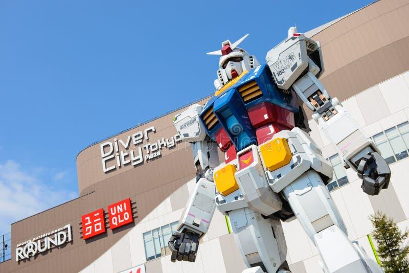 Tóquio, Japão - 2 de abril de 2015: Estátua de Gundam na frente do mergulhador City Plaza em Odaiba fotografia de stock royalty free